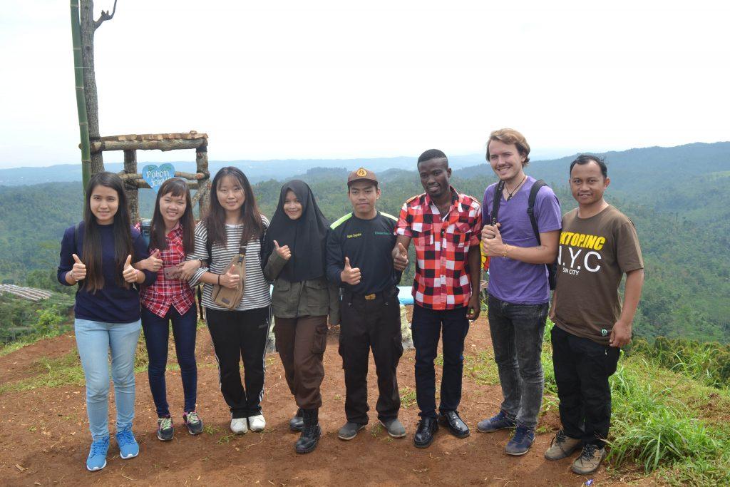Tim LindungiHutan Bersama Relawan dari Luar Negeri