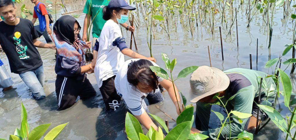 Keseruan Menanam bersama Mahasiswa UNIKA Semarang