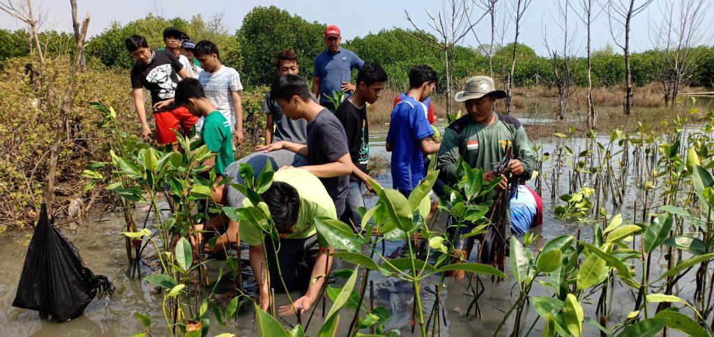 Mahasiswa UNIKA bersama Relawan LindungiHutan Semarang dan Komunitas Setempat