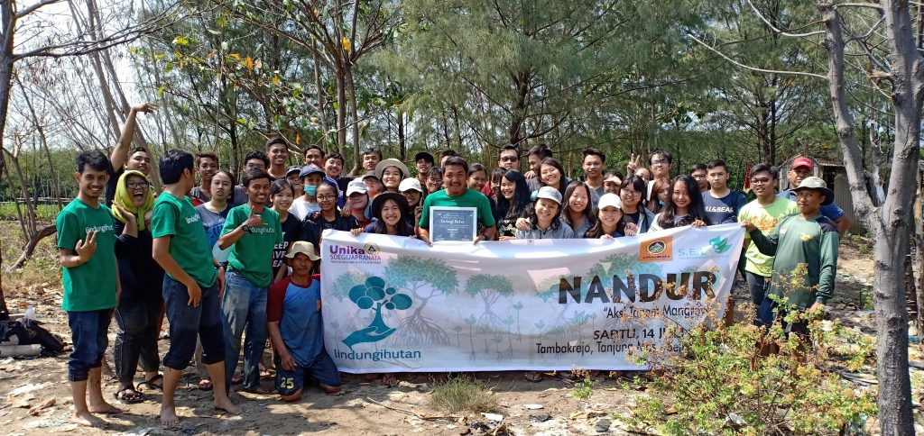 Keseruan Penanaman bersama Sahabat Alam dari UNIKA, Semarang
