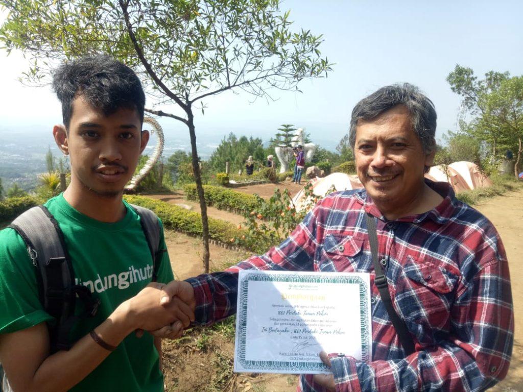 Relawan LindungiHutan bersama Perwakilan dari 1001 Pendaki