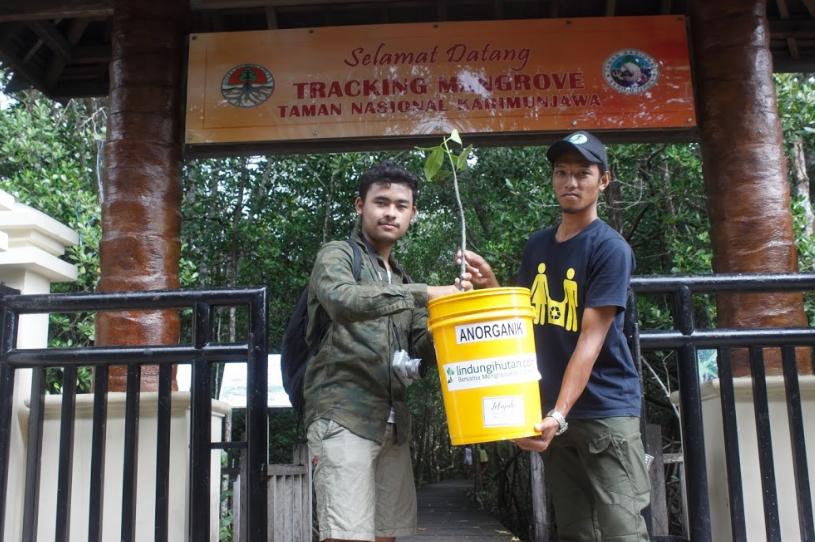 Penyerahan 30 Bibit Mangrove dan Tong Sampah kepada Pengelola Taman Nasional