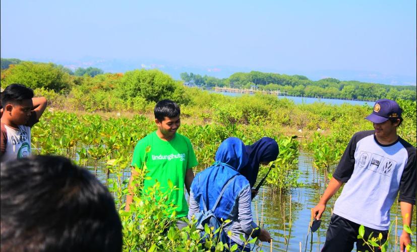 Relawan LindungiHutan Semarang Ajak Sayangi Pantai Tirang