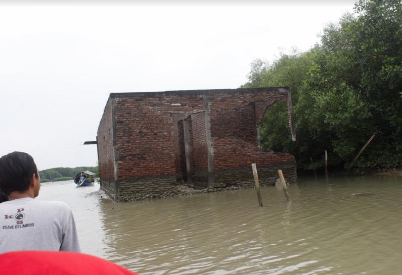 Kondisi rumah yang tenggelam akibat abrasi yang terus menggerus pesisir Demak