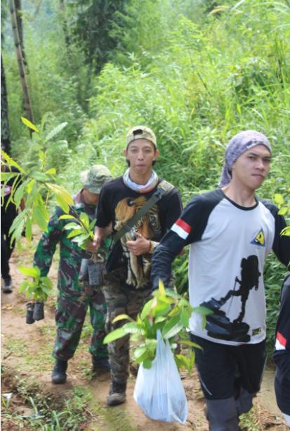 Relawan Penanaman di Mata Air Sigandul