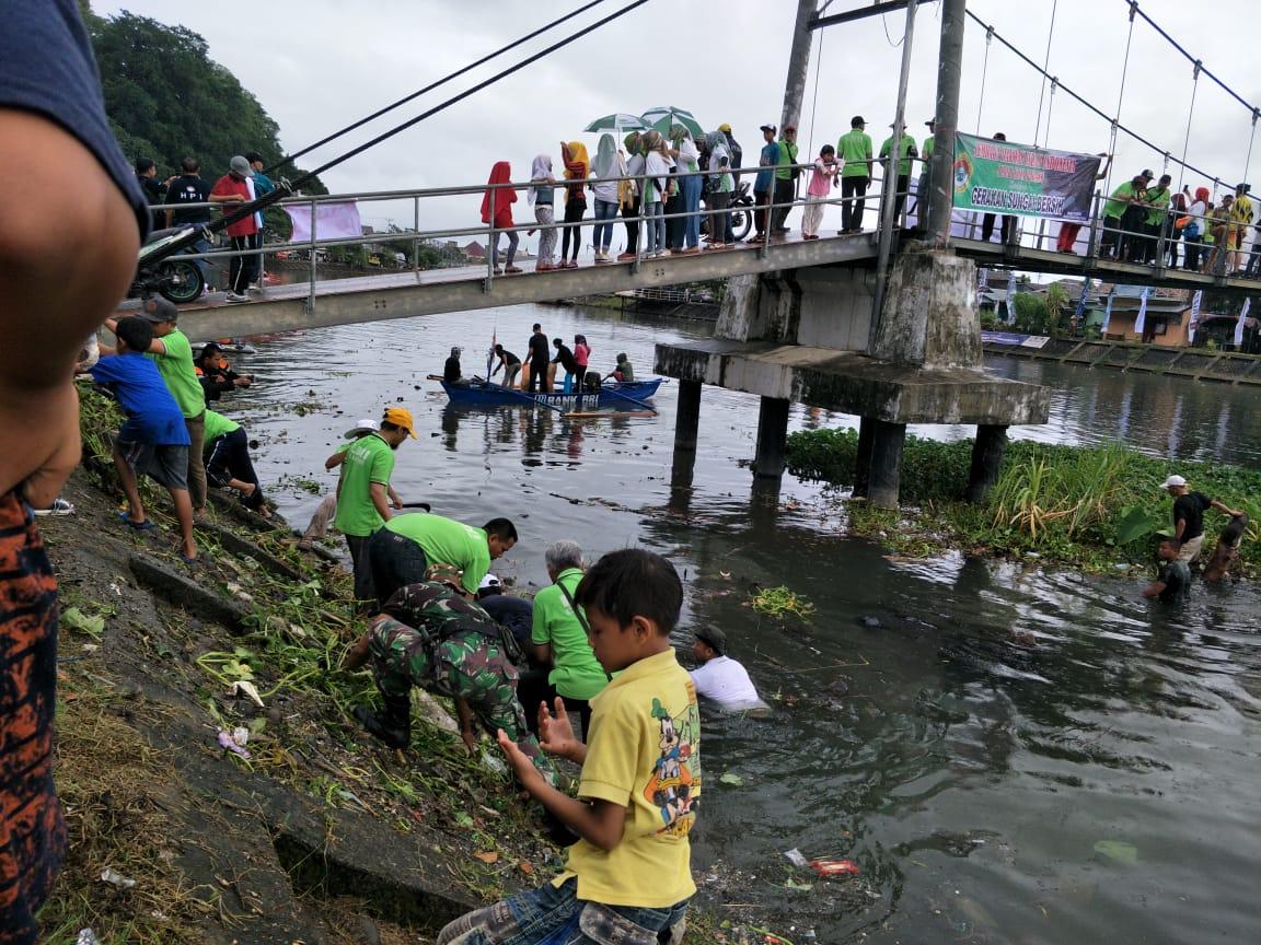 Aksi Relawan LindungiHutan Padang Ikut Bersihkan Sungai Arau