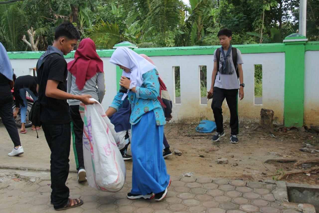 Keseruan Aksi Bersih Sampah Peringati HKAN