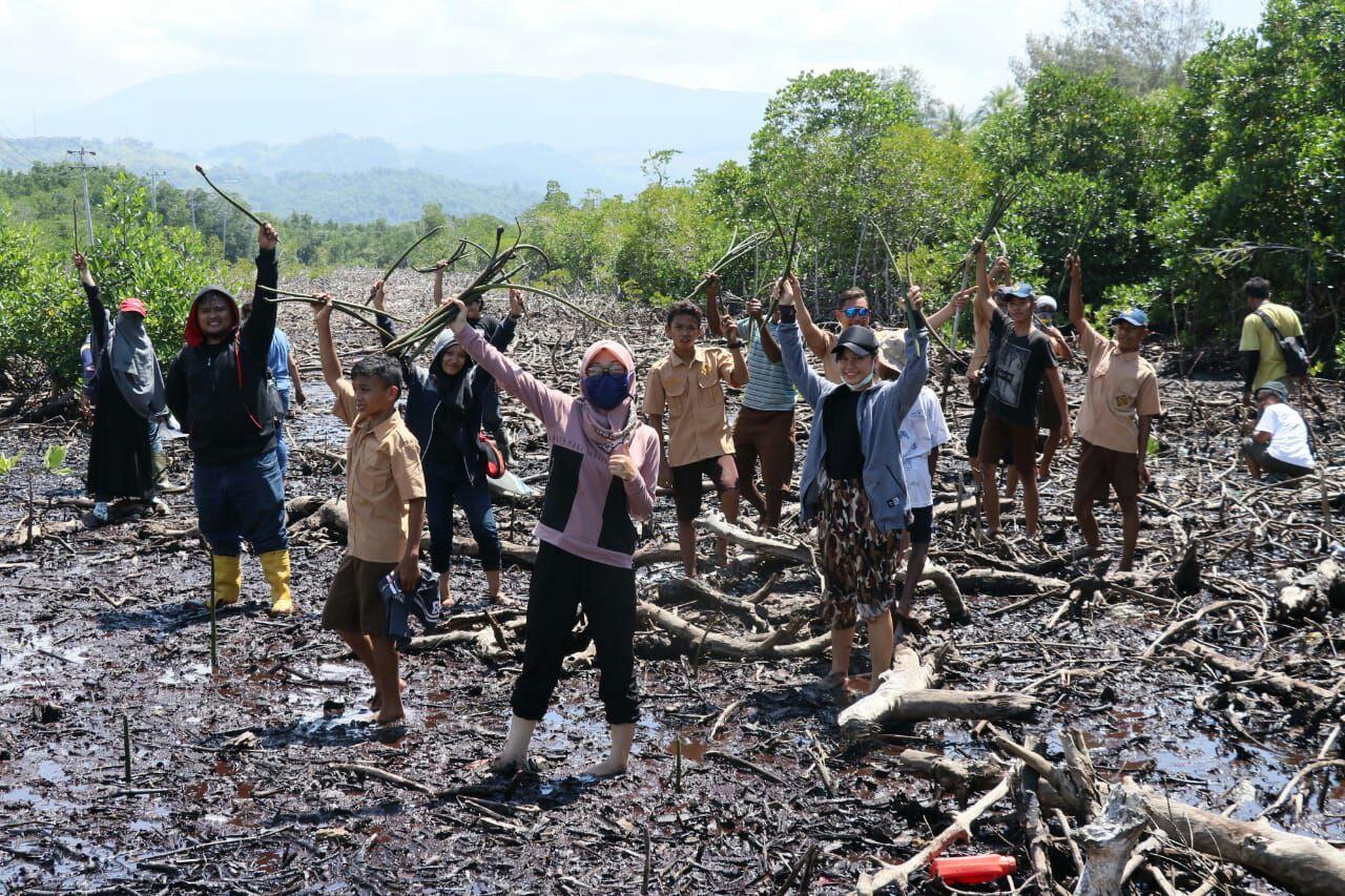 Hari Mangrove Ala Relawan LindungiHutan Jayapura