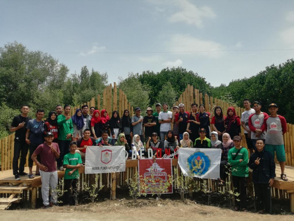 Sumpah Pemuda, HIMA Manajemen UPGRIS dan Relawan LindungiHutan Demak Tanam Mangrove di Bedono, Demak