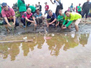CEO-LindungiHutan-dan-Pejabat-DLHK-Jateng-Melakukan-Penanaman-11.000-Mangrove-di-Pantai-Mangunharjo.jpg