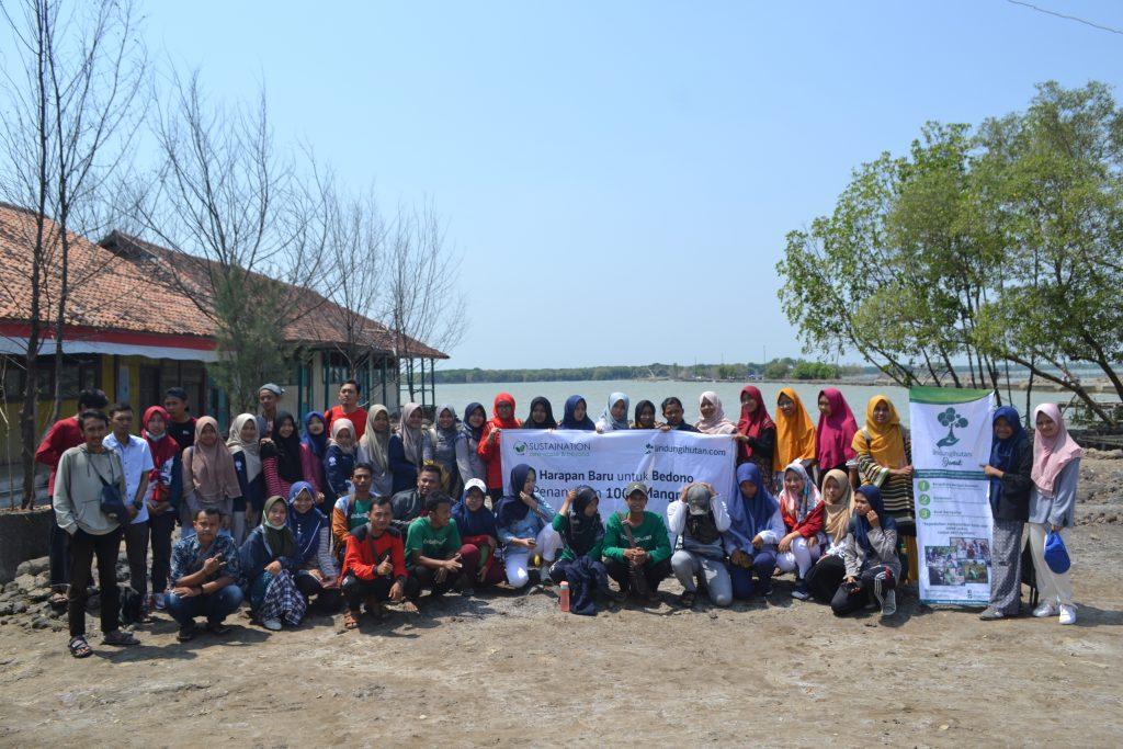 "Foto Bersama Peserta ""Harapan Baru untuk Bedono, Penanaman 1000 Mangrove"" Paska Acara"