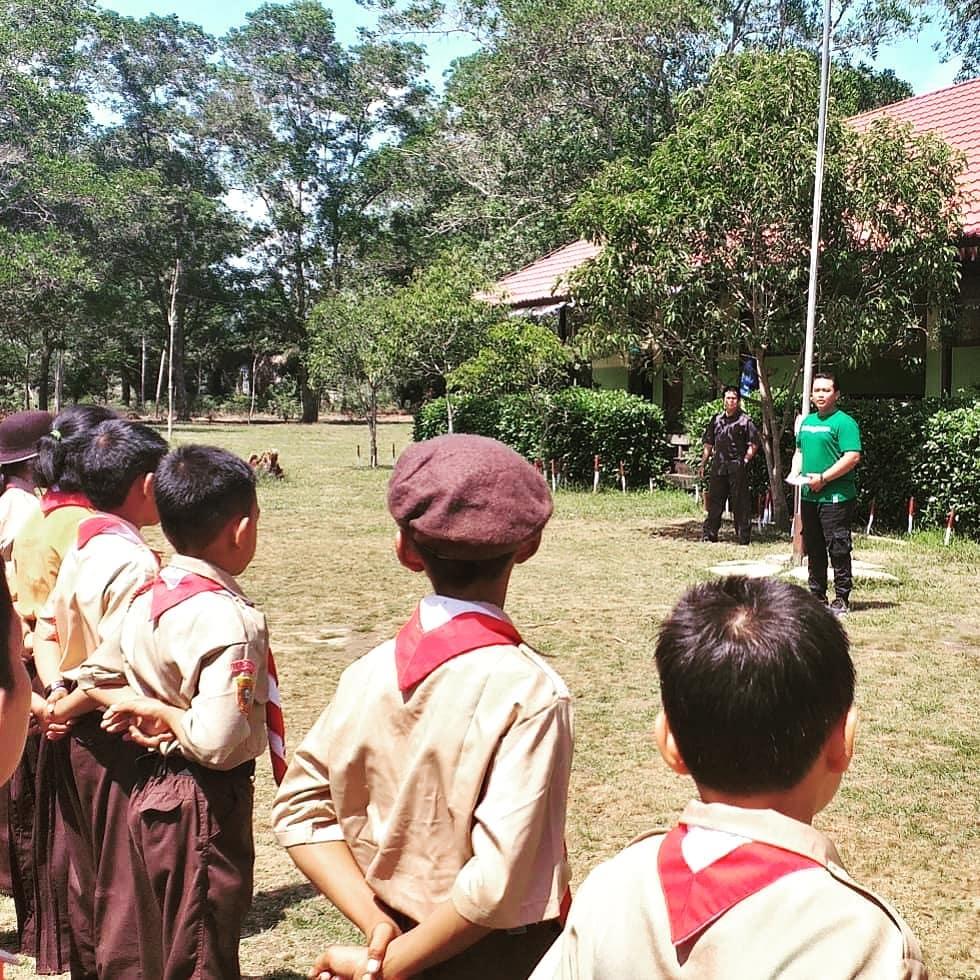 Relawan LindungiHutan Kapuas Memberikan Pengarahan kepada Murid SD mengenai Kebakaran Hutan.