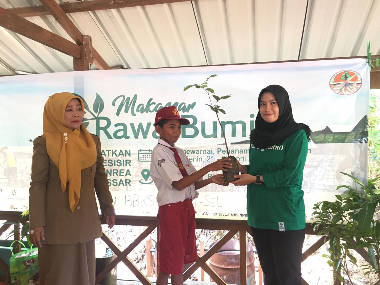Relawan LindungiHutan Makassar Mengadakan Lomba Mewarnai bagi Anak-anak di Makassar, Sulawesi Selatan.