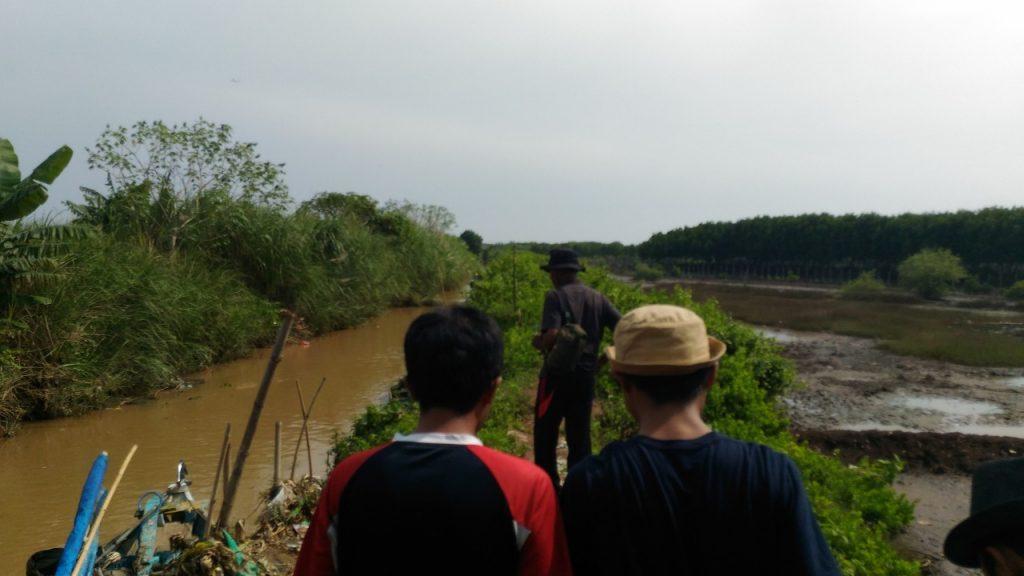 Menyusuri aliran sungai menuju lokasi penanaman