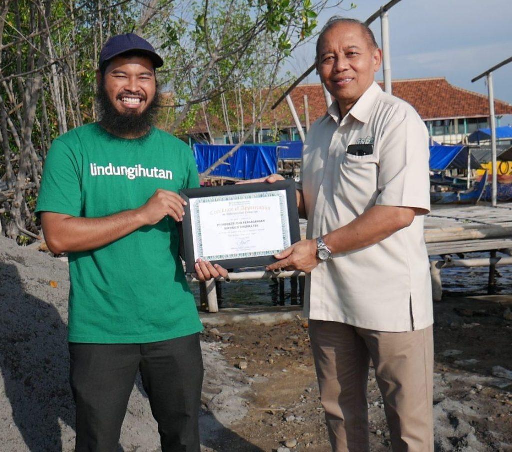 Direktur PT Bintraco Dharma bersama dengan CEO LindungiHutan
